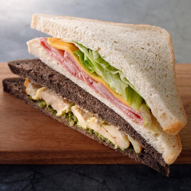 ハムチーズ&バジルチキンサンドイッチ